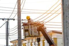 Gli elettricisti stanno installando le linee elettriche Immagine Stock