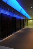 Gli elevatori nell'edificio per uffici con l'indicatore luminoso blu accen Immagine Stock