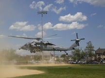 Gli elicotteri di MH-60S dal mare dell'elicottero combattono lo squadrone cinque con il decollo del gruppo di EOD della marina st Fotografie Stock Libere da Diritti