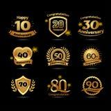 Gli emblemi festivi della celebrazione di festa felice dorata di anniversario messi con i nastri hanno isolato l'illustrazione di illustrazione vettoriale