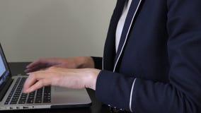 GLI EMIRATI ARABI UNITI, DUBAI - 15 GIUGNO 2017: Bella donna che scrive sulla tastiera sul suo computer portatile stock footage