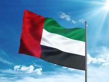 Gli Emirati Arabi Uniti inbandierano l'ondeggiamento nel cielo blu Fotografia Stock Libera da Diritti
