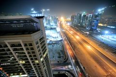 Gli Emirati Arabi Uniti: orizzonte della Doubai alla notte Fotografie Stock Libere da Diritti