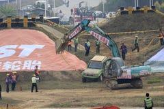 Gli escavatori a cucchiaia rovescia estraggono il veicolo utilitario nocivo di sport Fotografie Stock Libere da Diritti