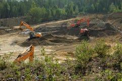 Gli escavatori stanno sviluppando una cava di sabbia Fotografia Stock