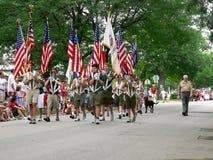Gli esploratori di ragazzo marciano nel quarto della parata di luglio Fotografia Stock