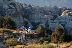 Gli esploratori si avvicinano alle rocce Immagini Stock