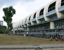 Gli esterni della stazione della metropolitana di Aljunided in Geylang a Singapore Architettura moderna Parco adiacente con piant fotografia stock