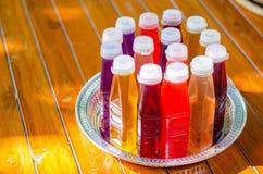 Gli estratti di erbe in bottiglia sono disposti in un vassoio immagine stock libera da diritti