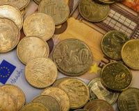 Gli euro centesimi delle monete sono su una fattura di carta di cinquanta euro Euro soldi Fotografie Stock