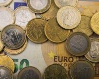 Gli euro centesimi delle monete sono su una fattura di carta di cinquanta euro Euro soldi Fotografia Stock Libera da Diritti