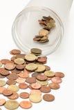 Gli euro centesimi sono inclinati dai glas della moneta Fotografia Stock
