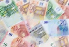 Gli euro soldi delle denominazioni differenti blured il fondo Immagini Stock