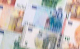 Gli euro soldi delle denominazioni differenti blured il fondo Fotografie Stock Libere da Diritti