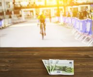 Gli euro soldi sui precedenti di una TV su cui ciclare è indicato, mettono in mostra la scommessa, cyclotourism immagini stock libere da diritti