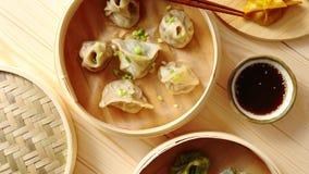 Gli gnocchi del cinese tradizionale sono servito nel vapore di bambù di legno archivi video