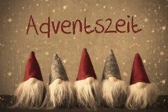 Gli Gnomi, fiocchi di neve, Adventszeit significa Advent Season Fotografie Stock