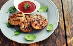 Gli hamburger del barbecue della carne suina o del manzo hanno grigliato sul piatto Fotografie Stock