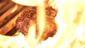 Gli hamburger del barbecue della carne suina o del manzo per l'hamburger hanno preparato arrostito sulla griglia della fiamma del video d archivio
