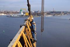 Gli impianti di Steeplejacking su funzionamento dell'installazione consolano la gru a torre Immagine Stock
