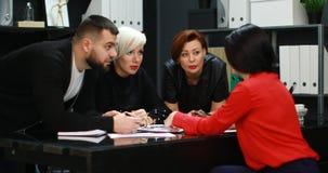 Gli impiegati di concetto discutono il loro progetto archivi video