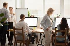 Gli impiegati di ufficio che lavorano insieme, persone di affari raggruppano il lavoro di squadra fotografie stock libere da diritti