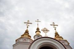 Gli incroci ortodossi orientali su oro copre con una cupola le cupole Fotografie Stock Libere da Diritti