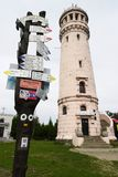 Gli indicatori di pietra della traccia della torre e di escursione di osservazione con la freccia firma sulla grande sommità del  Immagine Stock