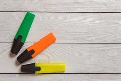 Gli indicatori gialli, verdi, arancio dell'evidenziatore sulla Tabella di legno bianca, stazionaria, copiano la destra dello spaz Fotografia Stock Libera da Diritti