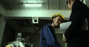 Gli ingegneri asiatici discutono circa il modello video d archivio