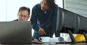 Gli ingegneri discutono il loro lavoro in ufficio moderno stock footage