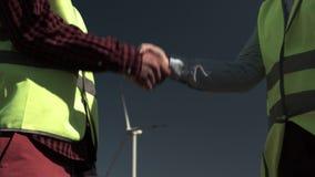 Gli ingegneri equipaggiano e donna che stringe le mani archivi video