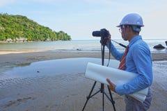 Gli ingegneri maschii asiatici sono pazienti e risoluti esplorare e sviluppare le risorse naturali immagine stock