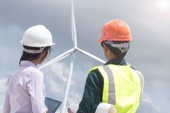 gli ingegneri stanno lavorando al generatore eolico fotografia stock libera da diritti