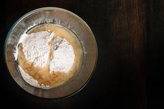 Gli ingredienti bollenti si sono mescolati in una ciotola di vetro Preparazione per pasta d'impastamento fotografia stock