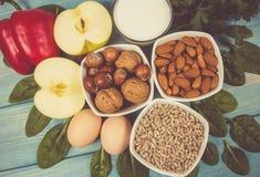 Gli ingredienti dei piatti che contengono vitamina E Una dieta sana fotografia stock libera da diritti
