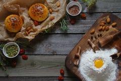 Gli ingredienti e la pasta per pane Fotografie Stock Libere da Diritti