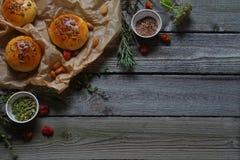 Gli ingredienti e la pasta per pane Immagini Stock