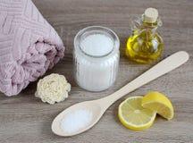 Gli ingredienti per l'ente casalingo sfregano immagine stock