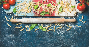 Gli ingredienti per la cottura la cena e del tuffatore italiani su colofrul imbarcano fotografie stock libere da diritti