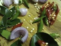 Gli ingredienti per Tom Yam sono peperoncino rosso e cipolla e citronella fotografia stock