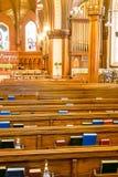 Gli innari sopra appoggiano dei banchi di chiesa Immagini Stock