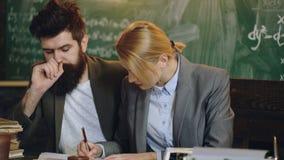 Gli insegnanti lavorano al fondo della lavagna Il 'brainstorming' delle donne e degli uomini a scuola istruzione, scienza, tecnol archivi video
