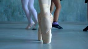 Gli insegnanti mostrano come ballare alle piccole ballerine Piccola ballerina nell'addestramento nel vestito di dancing nero Ball stock footage