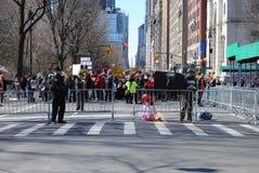 Gli insegnanti muniti, proteggono gli studenti, marzo per le nostre vite, la protesta, la violenza armata, NYC, NY, U.S.A. Immagine Stock