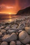 Gli insiemi del sole a Porth Nanven immagini stock libere da diritti