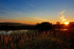 Gli insiemi del sole su una sera di autunno Fotografia Stock Libera da Diritti