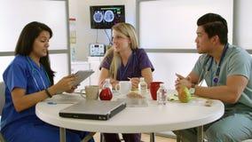 Gli interni medici in ospedale rompono la stanza con la compressa stock footage