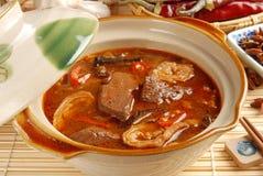 Gli intestini & anima del maiale con salsa calda fotografie stock