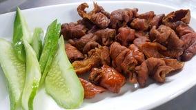 gli intestini fritti della carne di maiale serviscono withvegetable Immagini Stock
